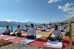 мъже практикуващи йога