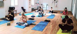 в поза намасте на практика с Yoga Glow